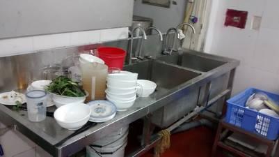 Ya no hay más comida que vender y en la cocina sólo quedan platos sucios.