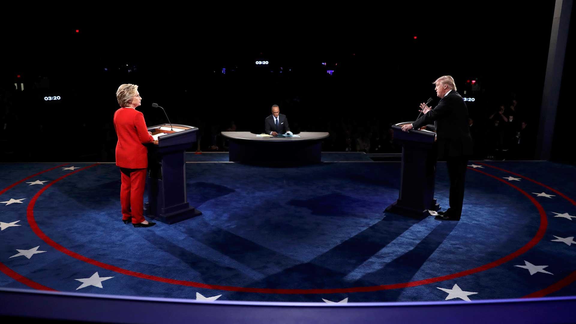 (Reuters) El primer debate entre los candidatos a la presidencia de Estados Unidos, Hillary Clinton y Donald Trump, finalizó el lunes luego de más de una hora y media de intercambios y acusaciones entre quienes se disputan el sillón más poderoso del mundo