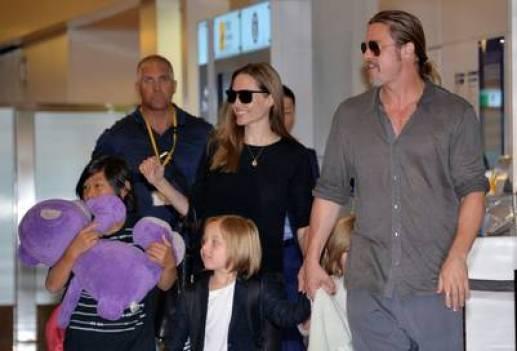 Brad Pitt y Angelina Jolie con sus hijos (AFP).