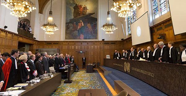 El vocero de la causa marítima y el tribuno de La Haya participarán de un encuentro de abogados; La mandataria chilena arribará para la Cumbre de la Alianza del Pacífico.