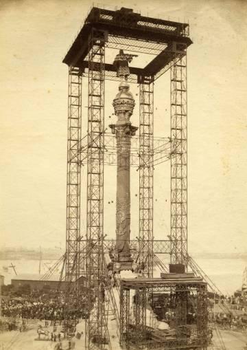 El andamio construido para poder levantar las piezas del monumento.