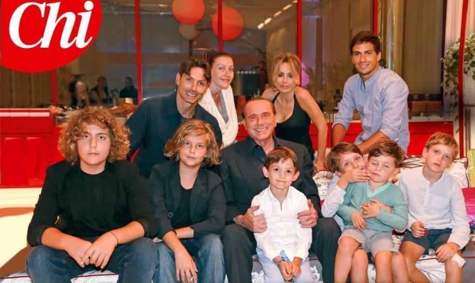 Silvio Berlusconi junto a su familia en una imagen publicada en la revista Chi.