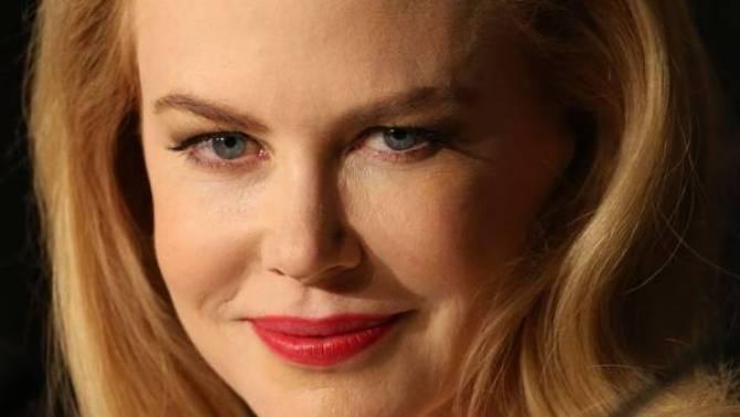 Kidman, siempre impecable, salió a disparar su verdad: el arrepentimiento por haberse casado tan joven con Cruise. (AFP).