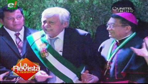 Percy se emociona hasta las lágrimas al entregar un reconocimiento al Monseñor Aurelio Pesoa
