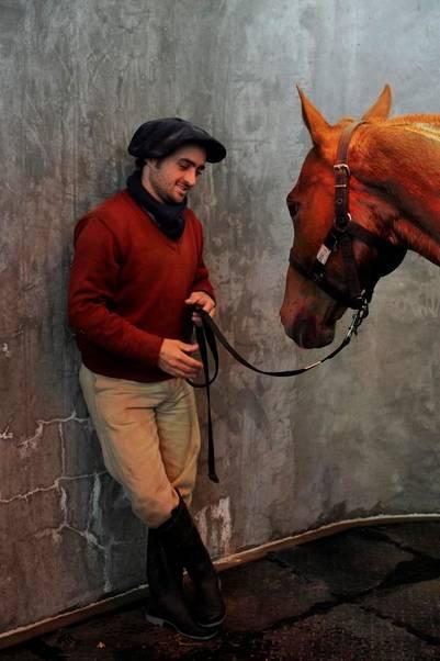 Petisero psicólogo. Hernán Gratone es uno de los petiseros de la Clínica Kawell. Su función es generar un vínculo para el animal.