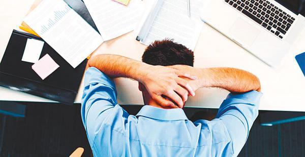 Una persona que trabaja más horas de las acordadas puede generar problemas de eficiencia en su grupo