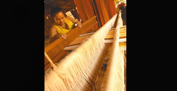 UN OFICIO TRADICIONAL  Ellas son famosas, son las tejedoras de hamacas de Guarayos. Desarrollan un arte y con ello dan de comer a sus familias