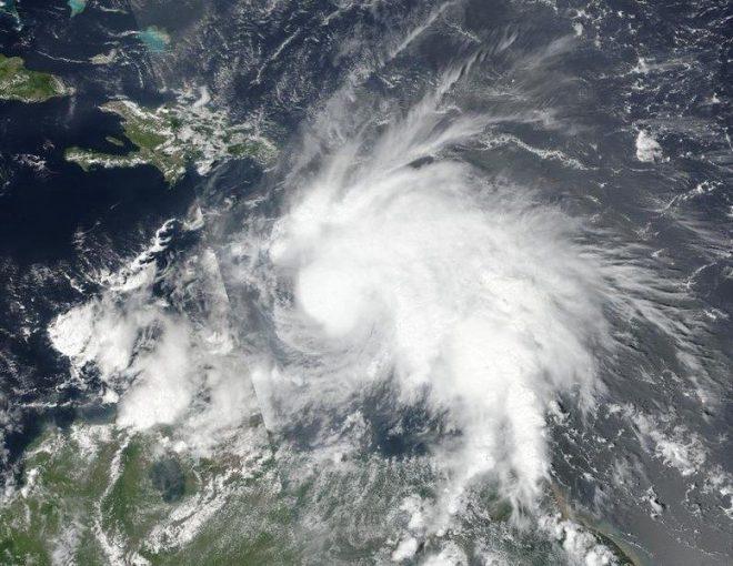 En la imagen de la NASA-NOAA se aprecia la tormenta tropical Matthew, que avanza hacia Jamaica, Haití y Cuba, en la toma captada el 29 de septiembre de 2016. Estados Unidos se preparaba para evacuar a cientos de personas desde su base naval en la bahía de Guantánamo ante el avance hacia Jamaica, Haití y Cuba de Matthew, el ciclón más poderoso que se ha formado en el Atlántico desde el huracán Felix en 2007. NOAA/NASA Goddard MODIS Rapid Response Team/Handout via REUTERS