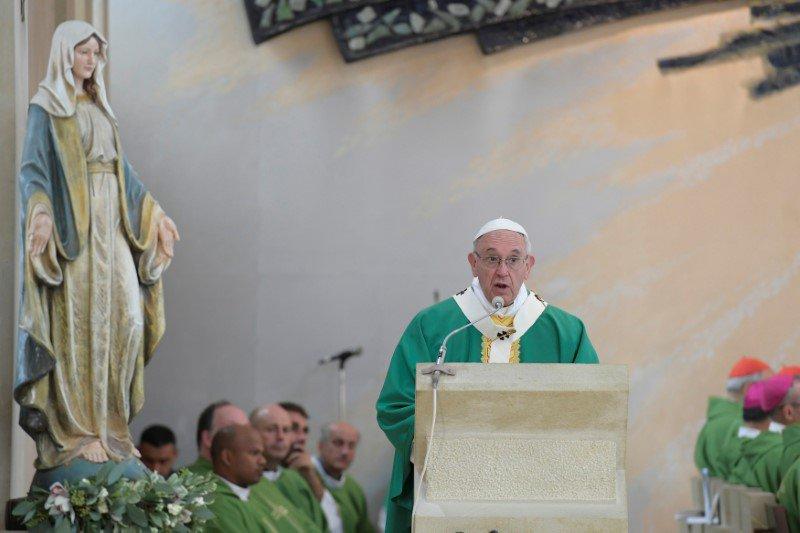 """El Papa Francisco oficia una misa en la iglesia de la Inmaculada Concepción en Bakú, Azerbaiyán, el 2 de octubre de 2016. El Sumo Pontífice pronunció una misa el domingo para la minúscula comunidad católica del Azerbaiyán musulmán chií, en la que llamó al """"pequeño y precioso rebaño"""" a mantener la fe y rindió tributo a aquellos perseguidos durante la era soviética. Osservatore Romano/Handout via Reuters"""