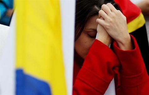La reacción de una mujer tras escuchar los resultados del plebiscito. Foto:EFE