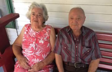 Denecia, 91 años,y Wenceslaus Billiot, 90, en su casa en Jean Charles
