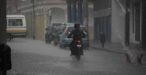 La lluvia cae desde las primeras horas de este miércoles en la capital cruceña