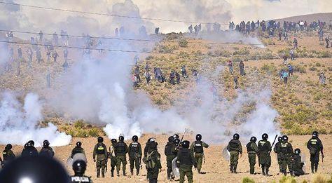 El enfrentamiento entre mineros cooperativistas con la Policía. Foto: APG - archivo