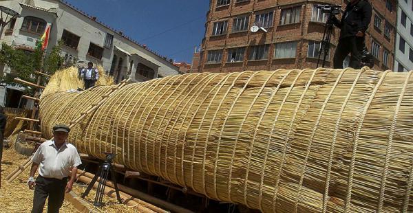 La balsa es construida en el centro de la ciudad de La Paz