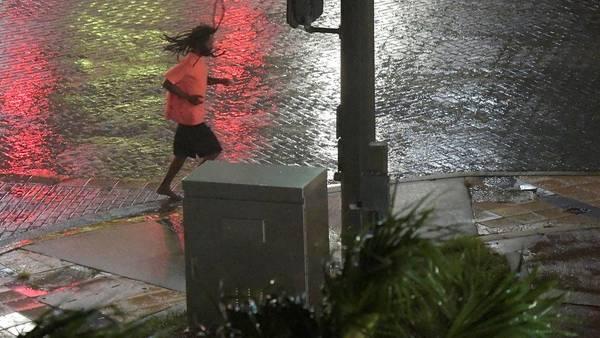 Una persona corre a resguardo, mientras Matthew se acerca a Daytona Beach en Florida. / Reuters