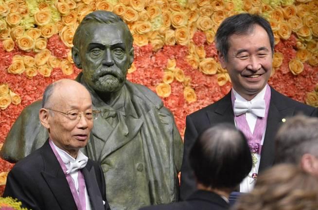 Los ganadores de Nobel de Física (i) y de Medicina (d) 2015 en la ceremonia de entrega de los premios. (EFE)