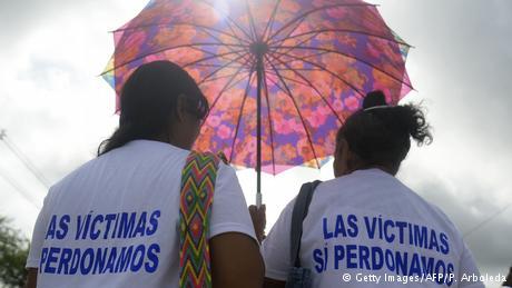 Kolumbien Zwei Frauen gedenken der Opfer des Massakers von La Chinita in Apartado (Getty Images/AFP/P. Arboleda)