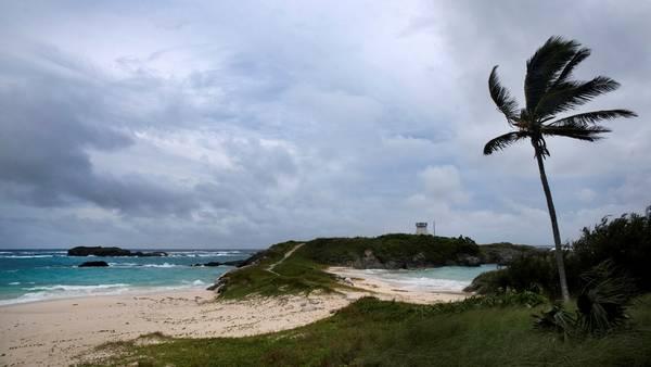 Fuertes vientos en la isla Cooper, en Bermudas, mientras se aproxima el huracán Nicole. / AP