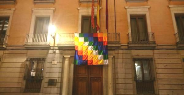 La wiphala flameó durante el Día de la Hipanidad en un edificio del ayuntamiento madrileño