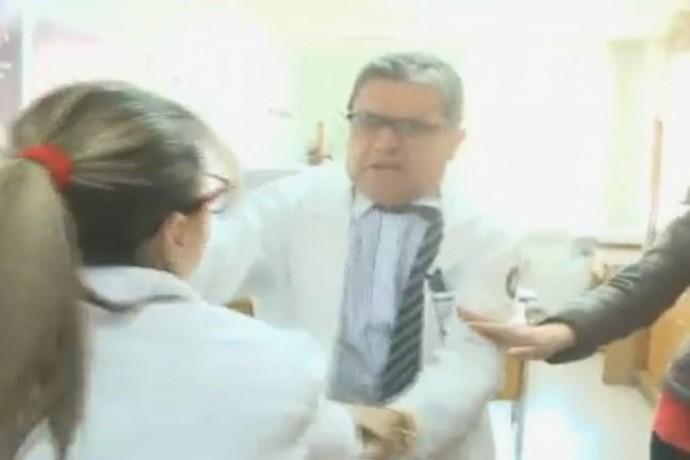 La reacción del médico del Instituto Gastroenterológico Boliviano Japonés, Nicolás Mitru. Foto: Captura de video