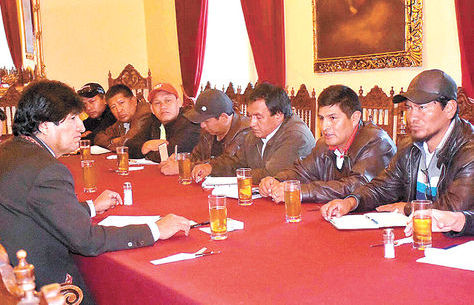 El presidente Evo Morales, reunido con los representantes de la COB en una pasada ocasión. Foto: ABI - archivo
