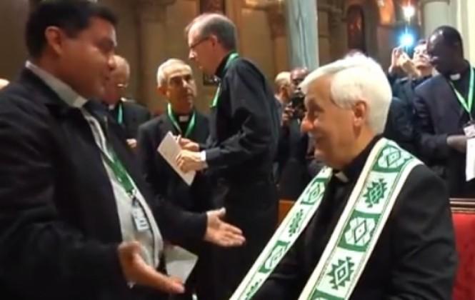 Sacerdote boliviano le regala una simbólica estola guaraní al nuevo Superior de los jesuitas