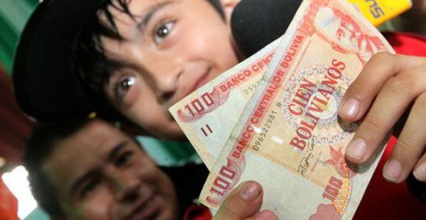 El bono Juancito Pinto, 200 bolivianos para cada estudiante, se entrega desde 2006