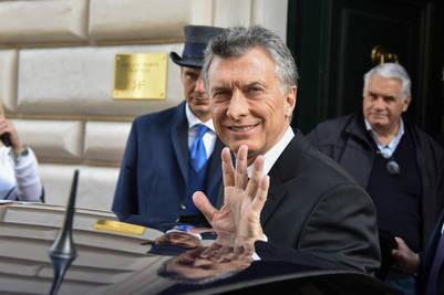 El presidente Mauricio Macri sale del hotel De Russie rumbo al Vaticano para la audiencia con Papa Francisco. Víctor Sokolowicz/Clarín