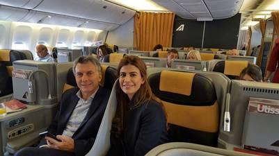 Mauricio Macri y Juliana Awada en el avión rumbo a Roma.