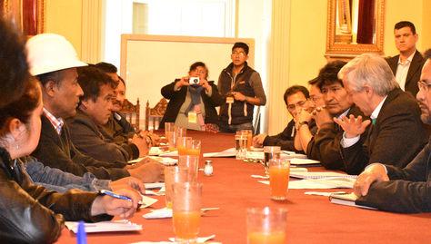 El Presidente Evo Morales y el Vicepresidente Álvaro Garcia Linera sostienen una reunión con representantes de Central Obrera Boliviana. Foto: ABI