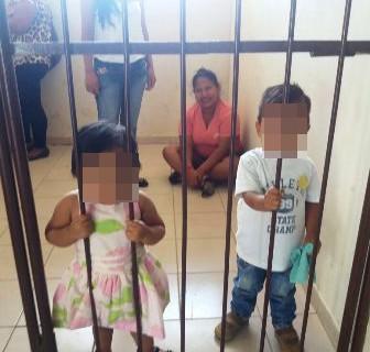 Policia-encierra-a-madre-y-sus-hijos