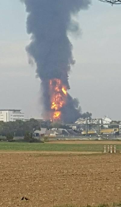 Una larga columna de humo surge de la planta de BASF en Ludwigshafen, Alemania. / AFP