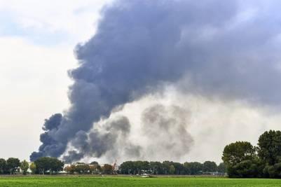 Una columna de humo se eleva desde el recinto de la compañía Basf en Ludwigshafen (Alemania)./ EFE