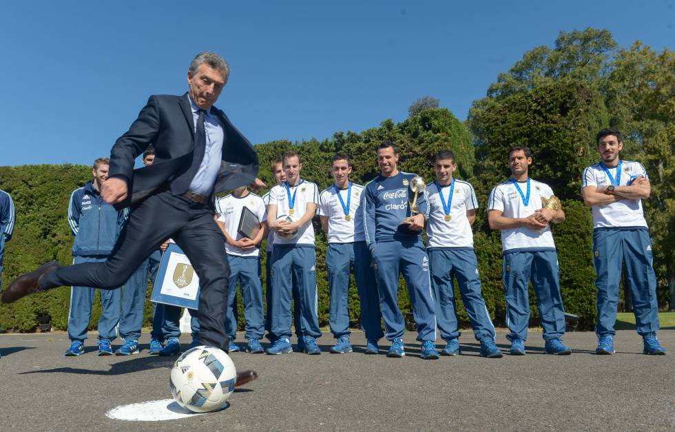 Mauricio Macri cuando recibió a los campeones del mundo de futsal.