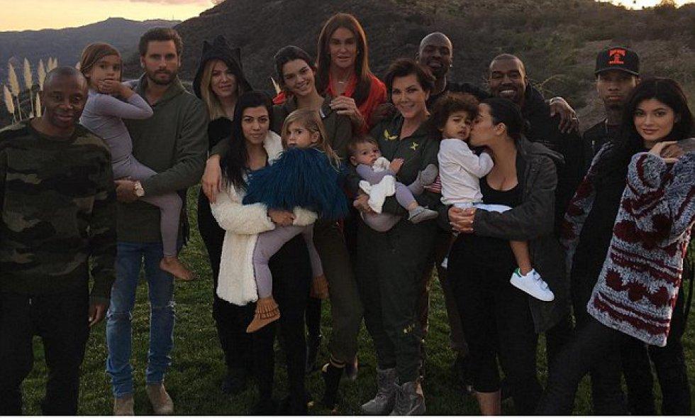 Si algo no se puede negar de los Kardashian-Jenner es que son un clan muy unido que comparte siempre sus grandes momentos en las redes sociales. En la imagen, toda la familia reunida para celebrar Acción de Gracias de 2015.