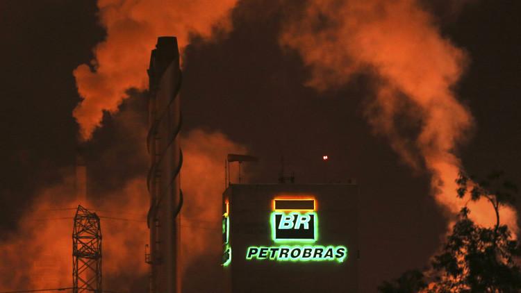 El logotipo de Petrobras sobre un edificio de la refinería Presidente Bernardes, Cubatão, Brasil. 24 de febrero de 2015.