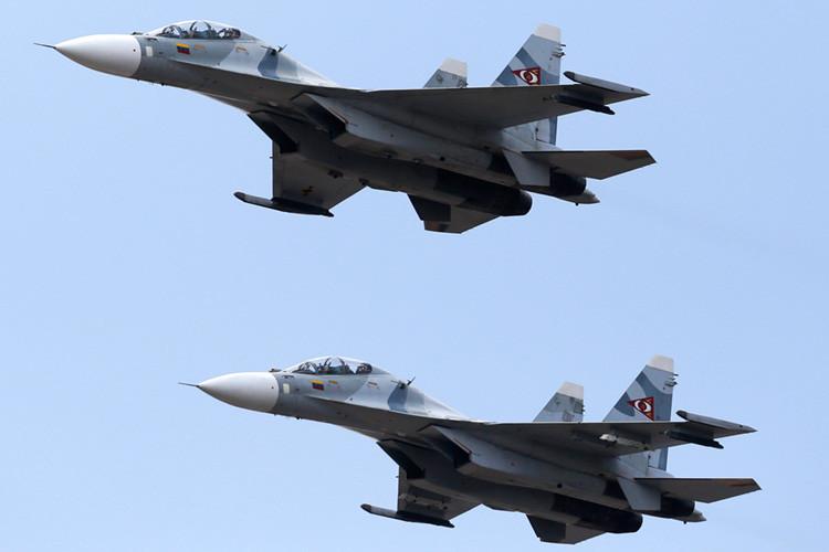 Dos cazas Su-30MKV, de la Fuerza Aérea de Venezuela sobrevuelan Caracas
