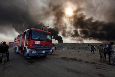Bomberos. Un camión en la localida de Qayyara, donde el ISIS incendió una fábrica química. /REUTERS