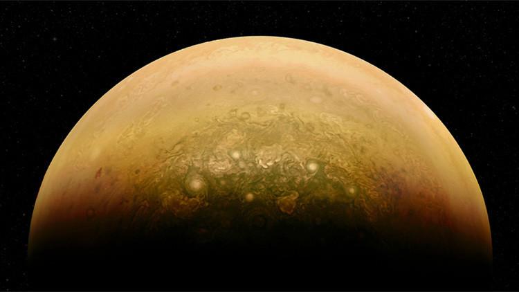 En la mitad de Júpiter iluminada por el Sol se percibe su atmósfera revuelta.