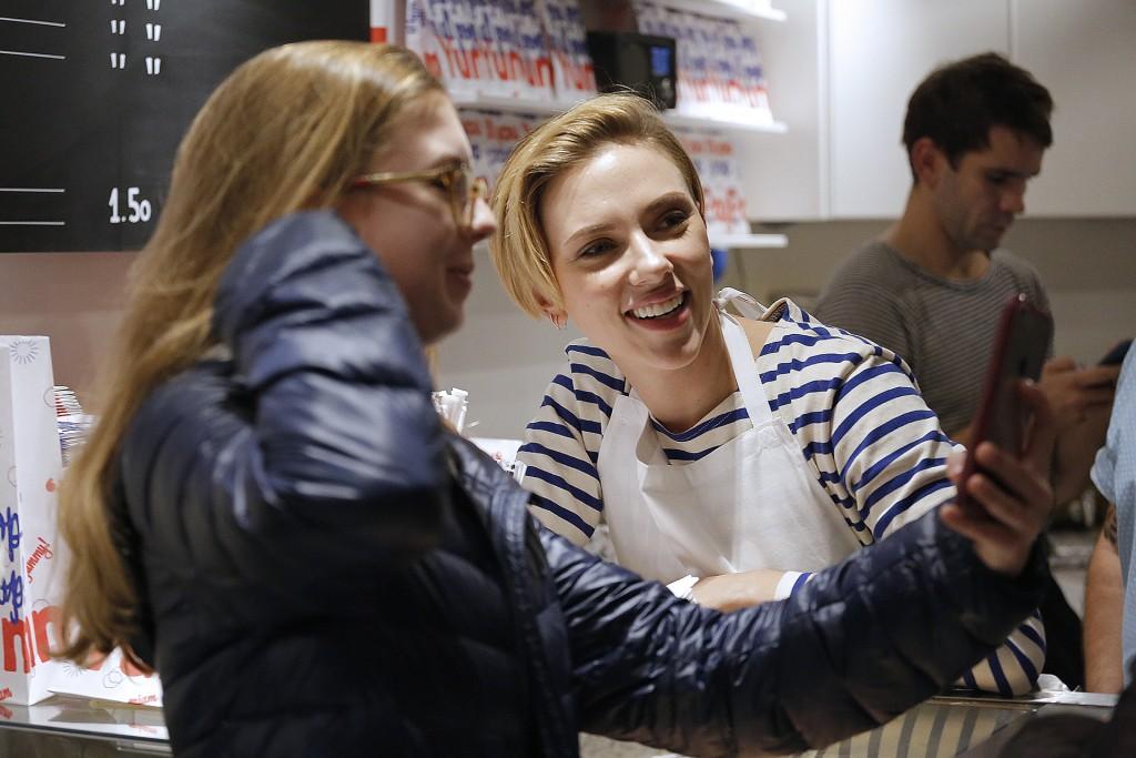 """La actriz se mostró sonriente y aceptó incontables pedidos de selfies en la inauguración de su tienda """"Yummy Pop"""" (AFP)"""