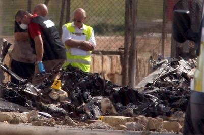 Investigadores y servicios de rescate trabajan en la zona donde se estrelló una avioneta en Malta. / Reuters