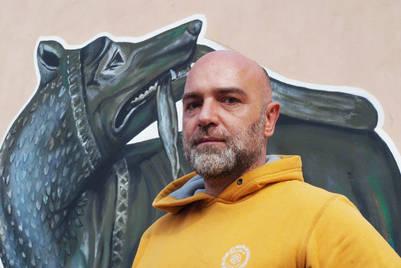 El artista Maupal (Mauro Pallotta), el autor de los murales sobre Papa en el Borgo, Roma./ Victor Sokolowicz