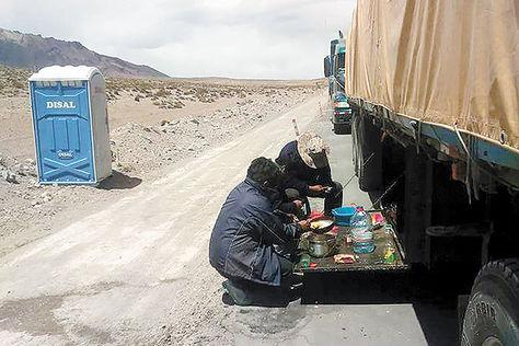 Camioneros bolivianos preparan su alimentos, el viernes en la frontera, en cocinas improvisadas en medio de un paro chileno