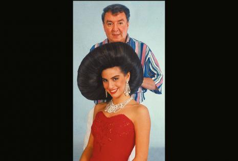 En 1996 jugó con el cabello de Carla Morón. Le hizo el estilo sombrero.