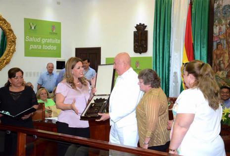 Este año la presidenta del Concejo Municipal Angélica Sosa le entregó la mención de Hijo Ilustre de Santa Cruz.