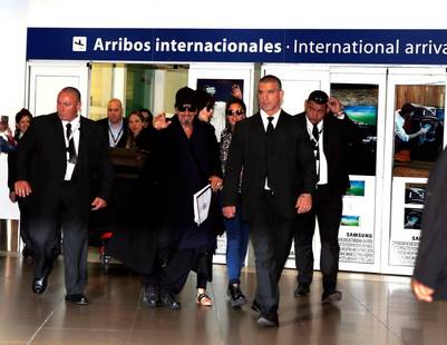 Pacino, rodeado de guardaespaldas, saluda a sus fans en Ezeiza. (Gustavo Ortiz)