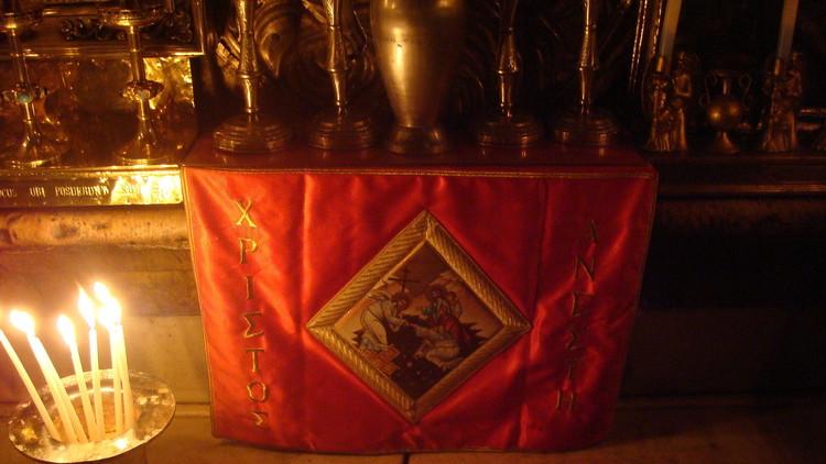Unas velas marcan el lugar donde descansaba la cabeza de Jesús.