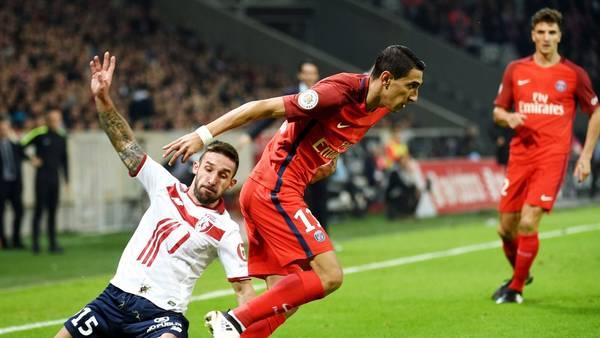 Angel Di María deja en el camino a un defensor del Lille en el triunfo 1-0 de PSG. (AFP)