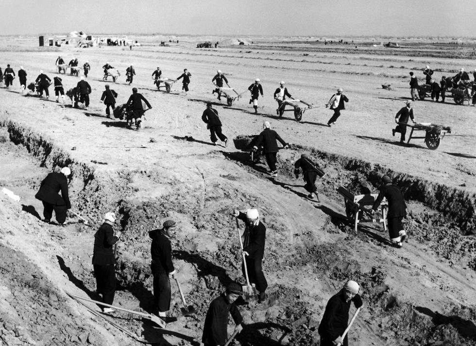 Trabajadores chinos, en una granja comunal en 1950 durante El gran salto adelante.