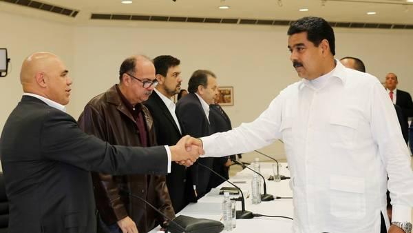 Nicolás Maduro saluda al opositor Jesús Toerralba, tras la primera reunión (Presidencia de Venezuela, AFP)